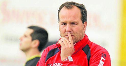 Antonio Jesús Falcón, entrenador del equipo lebrijano, continúa trabajando en la mejora del equipo.