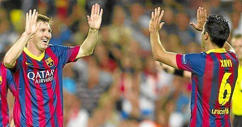 Messi y Xavi celebran un gol del argentino durante un partido.