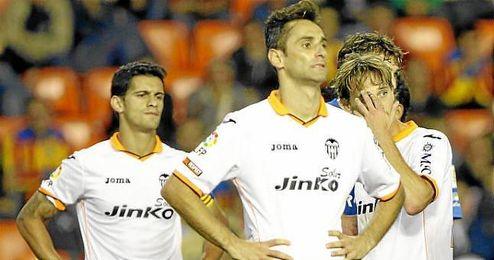 Jonas y Ricardo Costa decepcionados durante el partido ante el Almería en Mestalla.