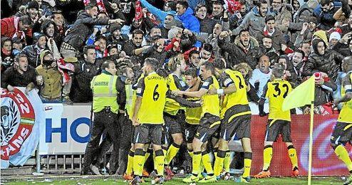 Los jugadores del Sevilla celebran el 1-2 de Gameiro con la afición sevillista que se desplazó a Granada.