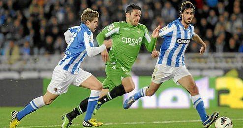 Jorge Molina pugna por el balón con Carlos Martínez e Íñigo Martínez en el partido de la temporada pasada.