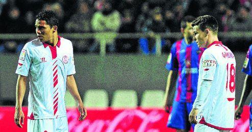 Bacca y Gameiro sacan de centro en el partido ante el Levante.