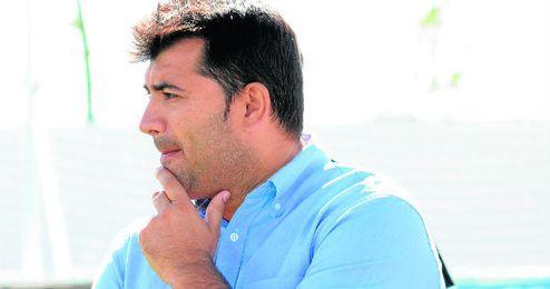 El técnico del Torreblanca José santizo reflexiona en la banda durante un encuentro de su equipo.