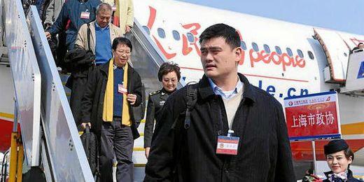 Yao Ming en su llegada a Pekin