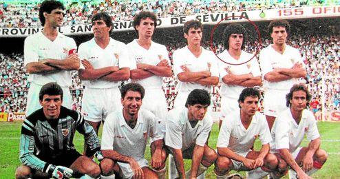 Dante Sanabria, el segundo a la derecha en la fila de arriba, en el once del Sevilla.