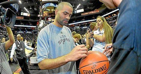 Tony Parker firma unos autógrafos antes de un partido con San Antonio.