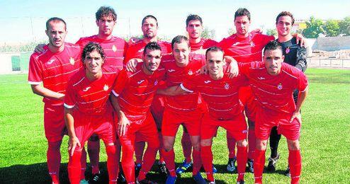 El once inicial del C.D. Utrera posa en los instantes previos al comienzo de su partido de Primera Andaluza.
