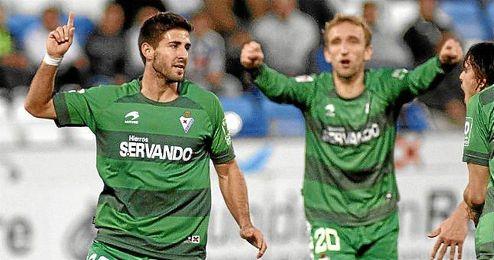 Diego Rivas acude a felicitar a Raúl Navas por el gol anotado por éste en su última visita al Nuevo Colombino.