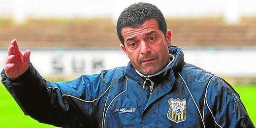 Mariano Suárez, entrenador de los de Coria del Río, espera finalizar la temporada con el buen ritmo de juego actual.