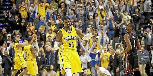 Un jugador de Indiana Pacers celebra la victoria de su equipo.