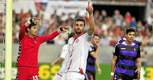 Vicente Iborra, en un lance del partido ante el Valladolid en el Sánchez Pizjuán.