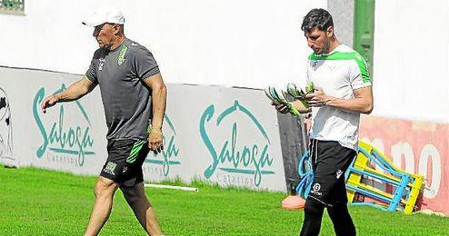 Calderón y Sara caminan separados en un entrenamiento reciente.