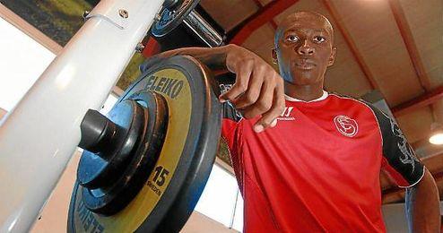 M´Bia posa en el gimnasio de la ciudad deportiva nervionense para ESTADIO.