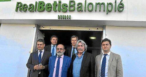 Los representantes de PNB, BPV y LJB posan juntos antes del comienzo de la reunión que tuvo lugar ayer en el Villamarín.