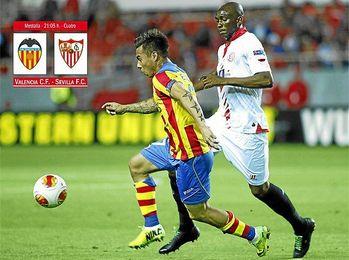 M´Bia y Vargas, en un lance de la ida de las semifinales de la Europa League en el Sánchez Pizjuán.