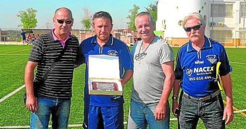 Domingo Caro (segundo por la izquierda) recibe una placa de agradecimiento del club por su ascenso a Andaluza.