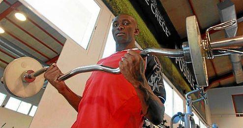 Stéphane M´Bia, héroe en Mestalla, posa para ESTADIO en el gimnasio de la ciudad deportiva.
