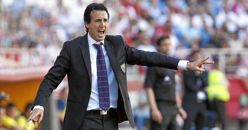 El técnico del Sevilla gesticula durante el encuentro.