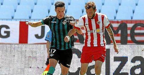 Aleix Vidal y Juan Carlos disputan un balón en un lance del Almería-Betis.