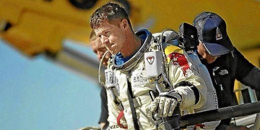 Félix Baumgartner justo después de su salto al vacío desde la estratosfera.