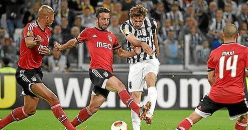 Amorim intenta cortar el disparo de Llorente en el partido de vuelta da las semifinales de la Europa League.