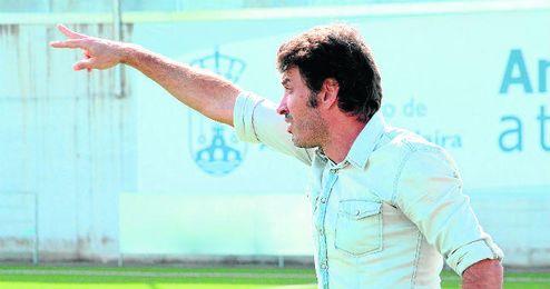 Jesús Galván, técnico de los panaderos, da instrucciones a sus jugadores durante un choque de esta campaña.