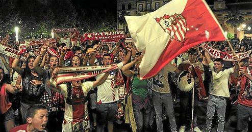 Aficionados sevillistas celebran la clasificación para la final de la Europa League.