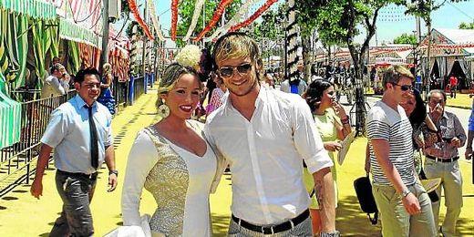 Ivan Rakitic en la Feria junto a su pareja.
