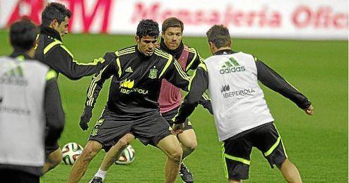 Xabi Alonso y Diego Costa durante entrenamiento de España en el Vicente Calderón.