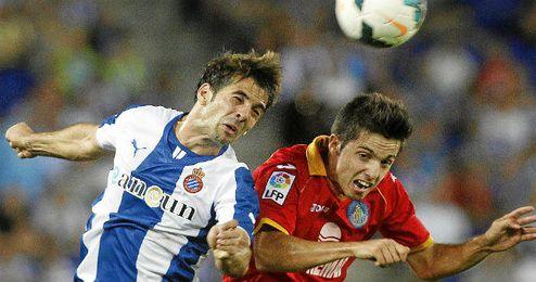 Sarabia salta con Víctor Sánchez por una pelota.