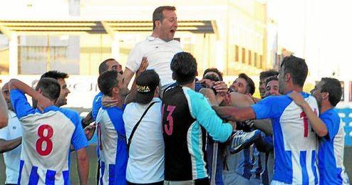 Ángel Gómez, entrenador del U.P. Viso, es manteado por sus jugadores tras la consecución matemática del ascenso hace siete días después de ganar al Tinte de Utrera.