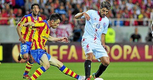 Carriço en un lance del partido de ida de la semifinal de la Europa League ante Javi Fuego.