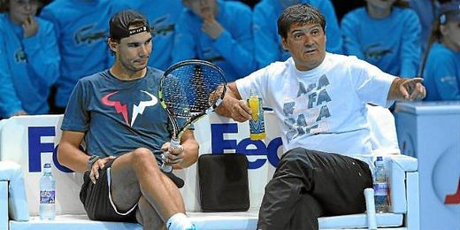 El tío de Nadal nada contento con el juego de su sobrino en la final del Masters 1000 de Madrid.