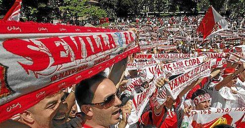 La afición del Sevilla, desde la ´Fan Zone´ de Turín, no ha parado de cantar a su equipo.