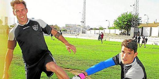 Gonzalo, máximo goleador del Grupo X, y Luisma, segundo portero menos goleado, posan para ESTADIO.