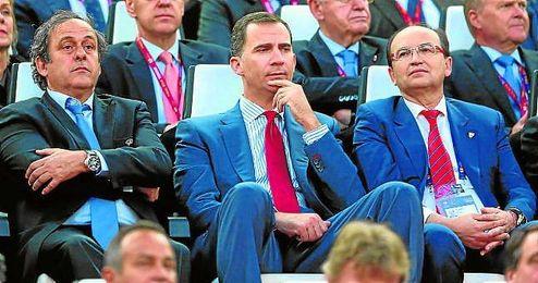 José Castro, a la derecha, junto al Príncipe Felipe y Michel Platini.