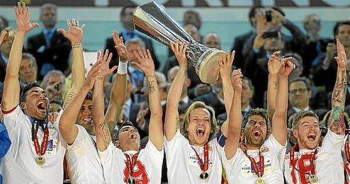 Rakitic, tapado por sus compañeros, levanta la Europa League al cielo de Turín.