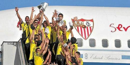 La plantilla del Sevilla alza la Copa de la Europa League.