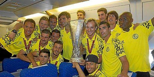 Jugadores del Sevilla posan con la copa.