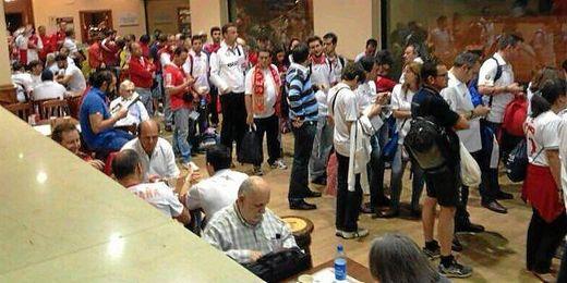Muchos aficionados tuvieron que hacer noche en Turín.