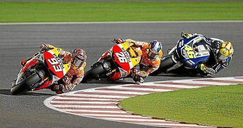 Líder Marc Marquez seguido por su compañero de equipo Dani Pedrosa y italiano Valentino Rossi.