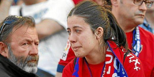 Una aficionada del CD Osasuna llora desconsoladamente tras el descenso de su equipo.