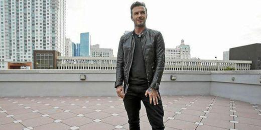 Beckham posando junto al Miami Stadium