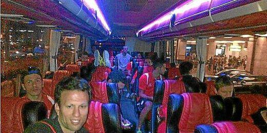El primer bloque sevillista, en el bus con destino al hotel de concentración.