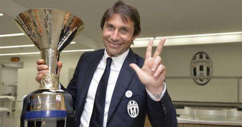 Conte se muestra feliz tras haber logrado el tercer título de liga consecutivo.