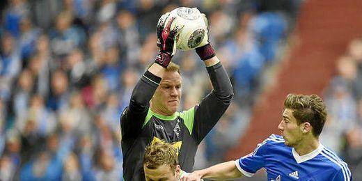 Ter Stegen blocando un balón en un partido frente al Schalke alemán