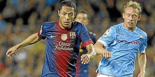 Khron-Dehli disputa un balón junto al jugador del FC Barcelona Adriano.