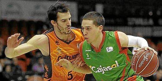 El escolta norteamericano del Cajasol supera la defensa del escolta del Valencia Basket, Pau Ribas