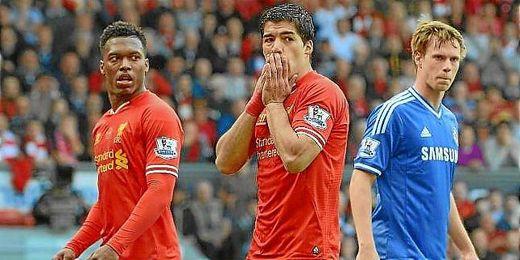 Luis Suárez se lamenta de una ocasión perdida durante un partido del Liverpool.