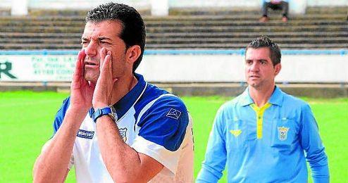 En la imagen, Mariano Suárez se dirige a sus futbolistas en el transcurso de un encuentro del presente campeonato.